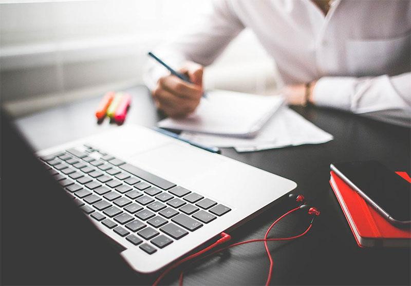 manage-freelancer-laptop-1
